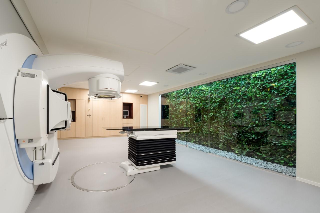 Groene plantenwand in bestralingscentrum OncoCubus